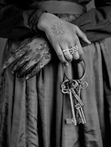 henna keys woman hands
