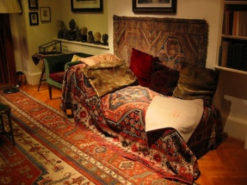 Not a remedy against the discomforts of civilization: Freud's couch.